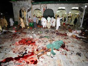 من الهجوم الذي استهدف الضريح في لاهور
