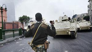 نزل الجيش لشوارع مصر للتصدي للاحتجاجات الشعبية