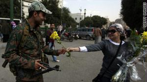 المتظاهرات وزعن الورود على أفراد القوات المسلحة