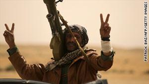 الثوار الليبيون استخدموا طائرة مقاتلة في قصف بوارج تابعة للقذافي