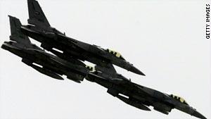 مقاتلات إماراتية من طراز ''إف - 16'' خلال استعراض جوي