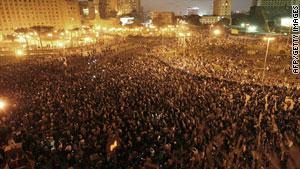 المتظاهرين المصريين يحتشدون وسط القاهرة مساء الثلاثاء