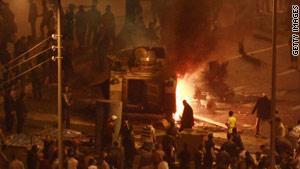 محتجون يحرقون عربة مدرعة للشرطة