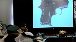 قطعة من السلاح الذي تم ضبطه تعرض خلال مؤتمر صحفي في دبي