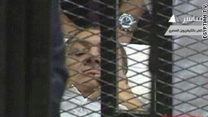 الرئيس المصري السابق في أول ظهور له عند بدء محاكمته مطلع الشهر الجاري