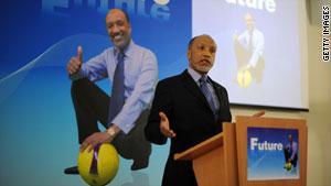 بن همام خلال إعلانه الترشح لرئاسة الفيفا