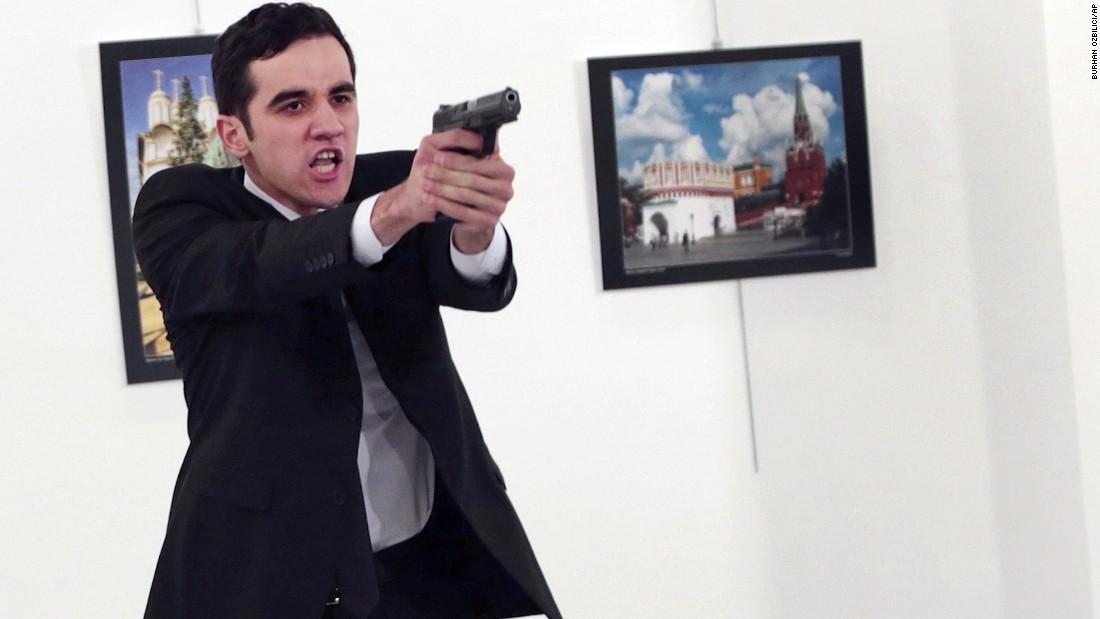 مصور لحظة قتل السفير الروسي بتركيا