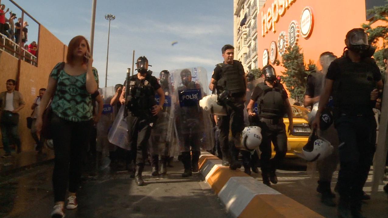 """الشرطة التركية تطلق """"رذاذ الفلفل"""" على موكب للمثليين"""