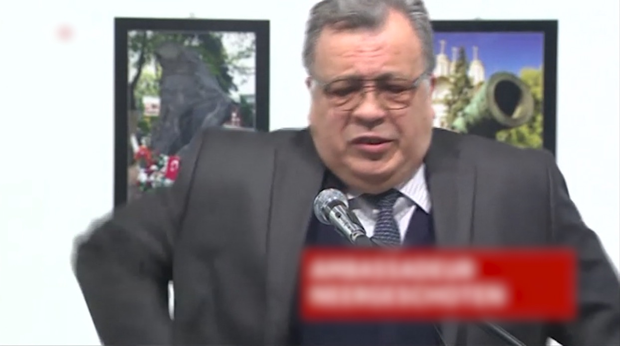 شاهد.. لحظة إطلاق النار على السفير الروسي في تركيا