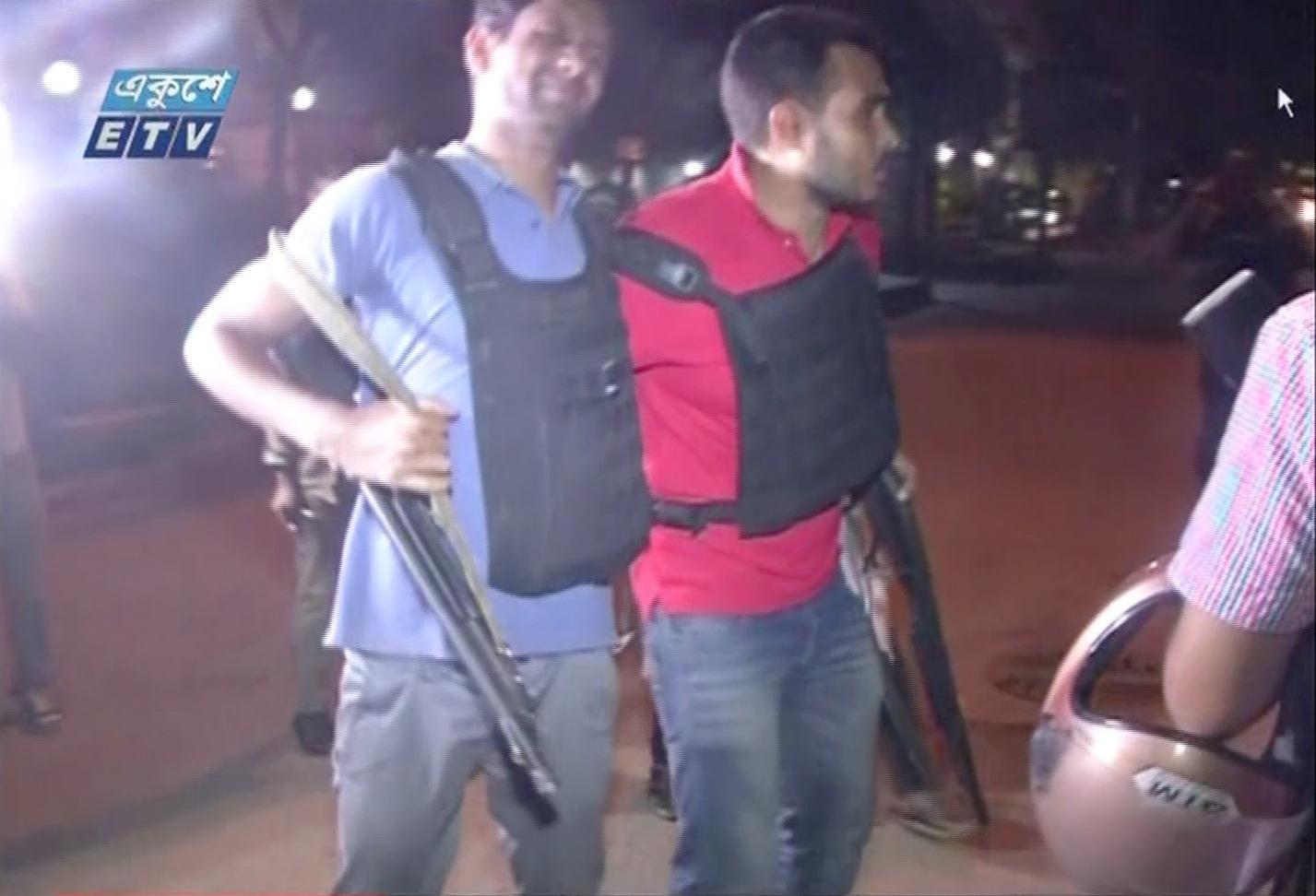 لحظة إخلاء رجال شرطة مصابين خلال هجوم بانغلاديش