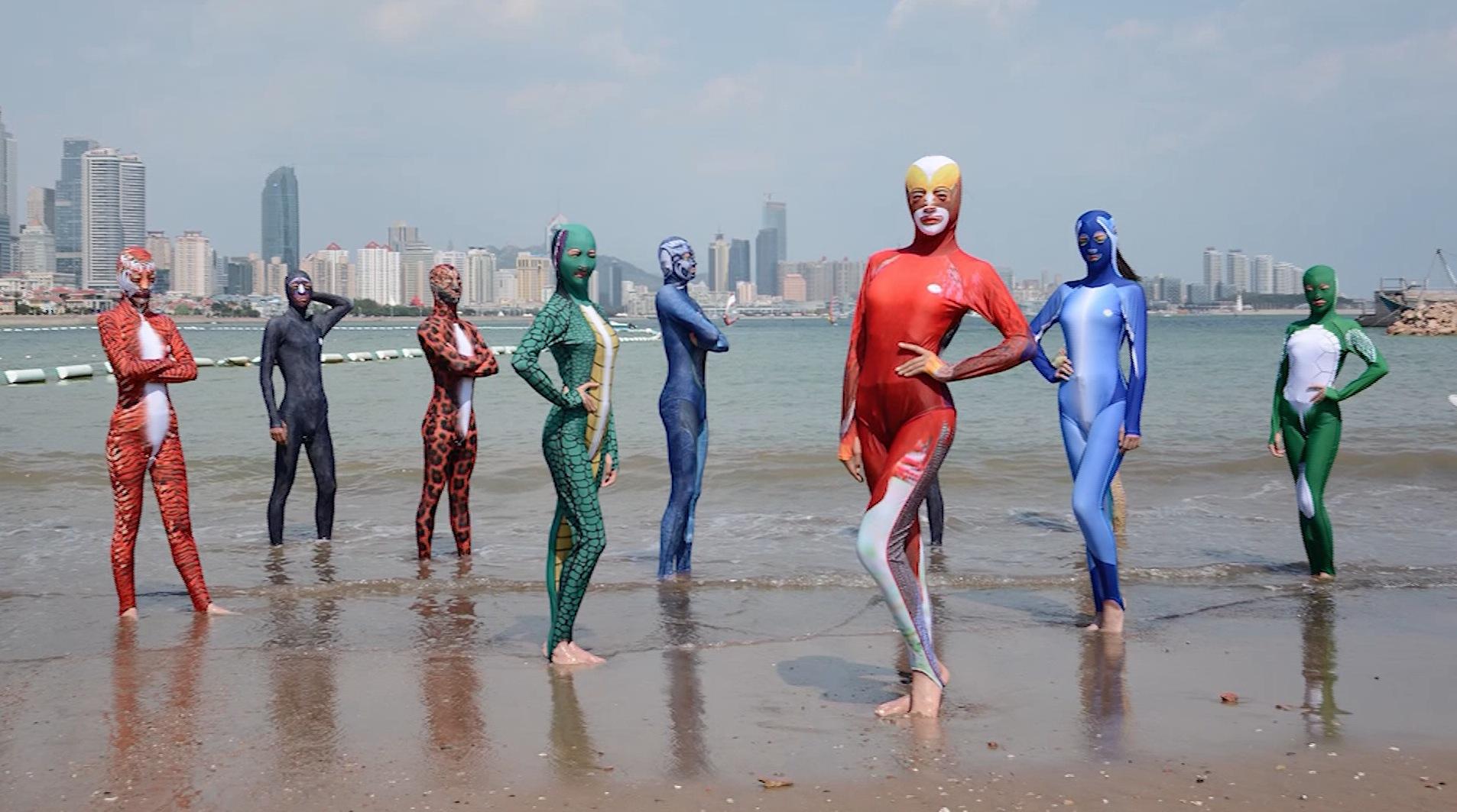"""شاهد.. """"فيسكيني"""" لباس بحر يشبه """"البوركيني"""" يجتاح شواطئ الصين"""
