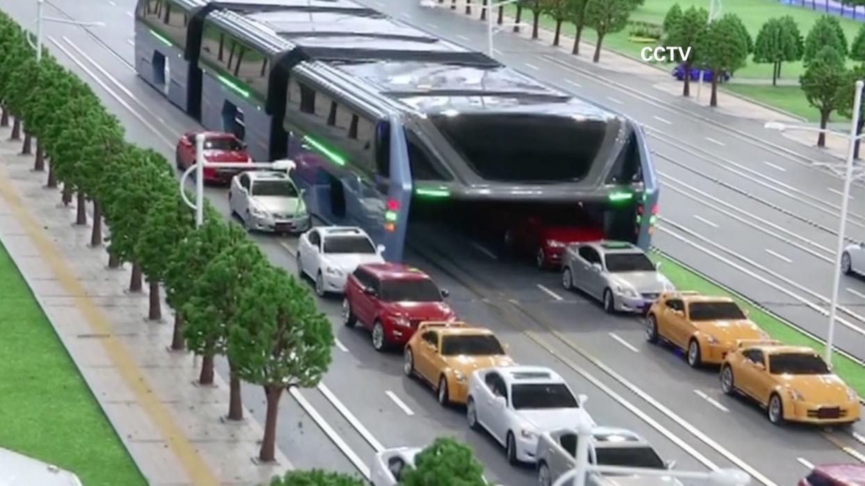 حافلات تسير فوق السيارات.. لمواجهة أزمة المرور في الصين