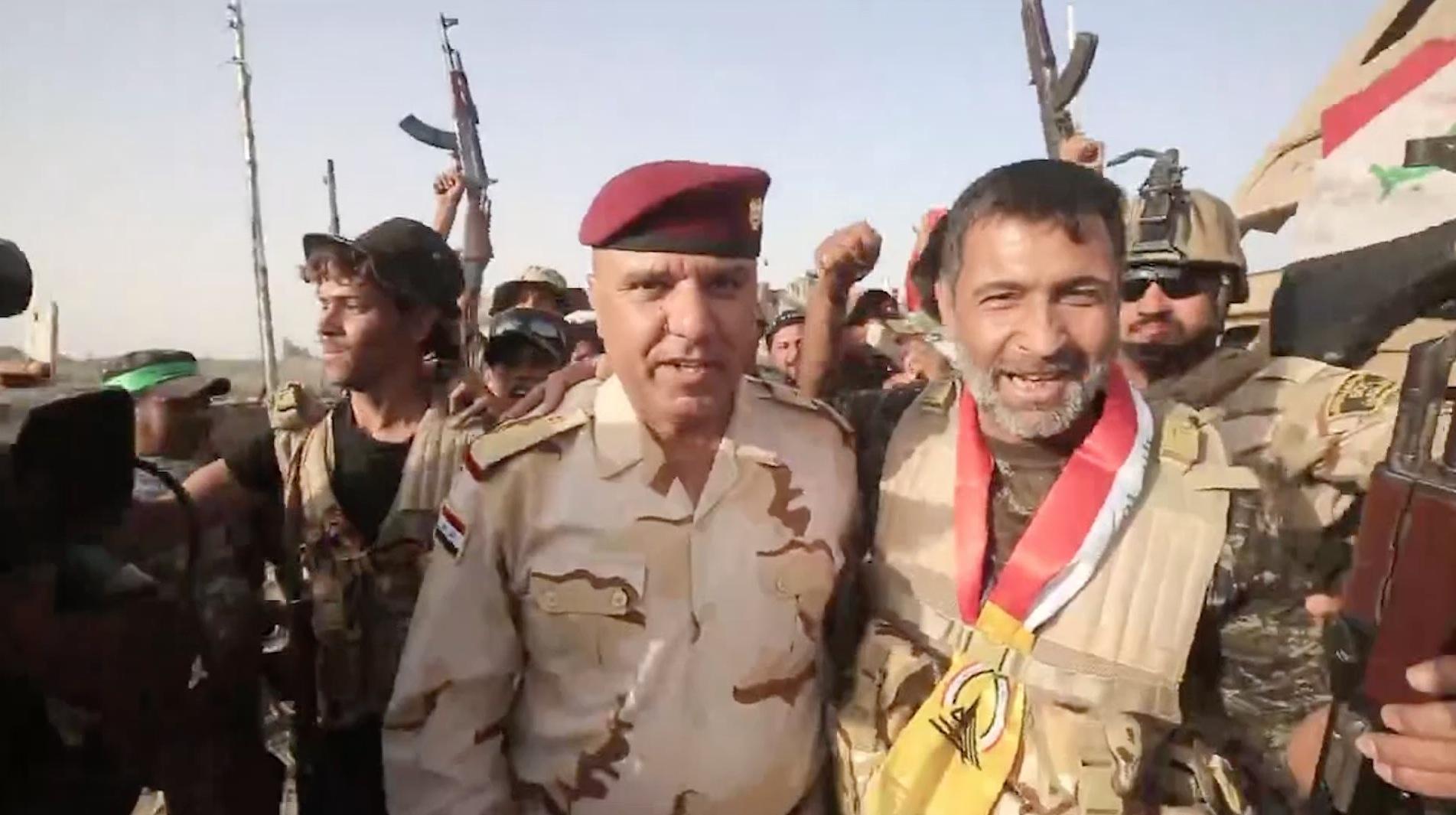 وسط غبار المعارك.. جنود عراقيون يحتفلون في قرية الزغاريد قرب الفلوجة