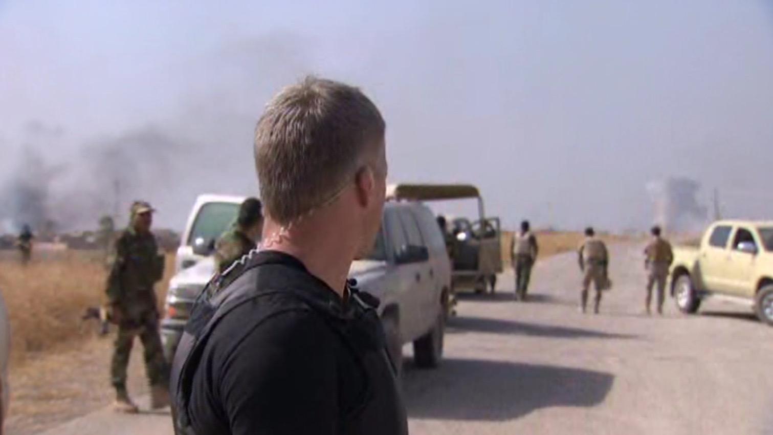 شاهد.. مذيع CNN يعلق وسط تبادل لإطلاق النار مع داعش