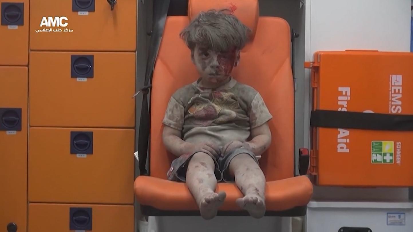 طفل يختصر بوجهه مأساة حلب يُنتشل من ركام قصف قوات النظام