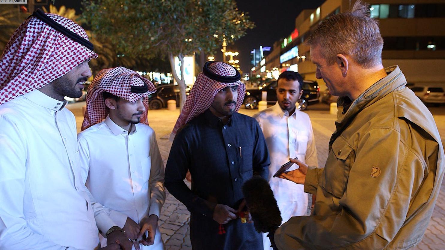 شاهد ردود فعل السعوديين في الشارع عند رؤية صورة دونالد ترامب