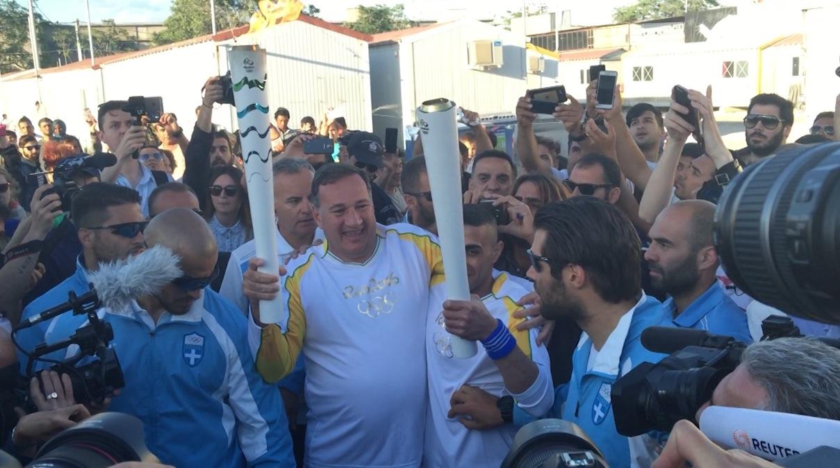 بالفيديو.. لاجئ سوري يحمل الشعلة الأولمبية في اليونان دعماً لأزمة المهاجرين