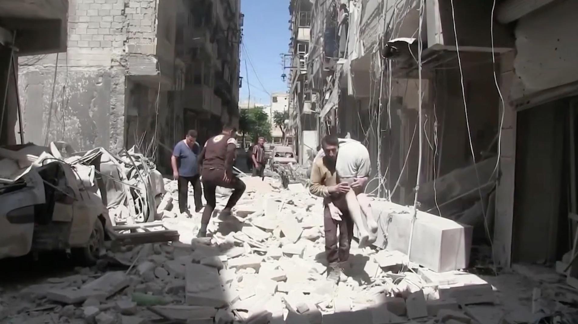 المشاهد الأولية بعد غارات جوية على أحياء بحلب