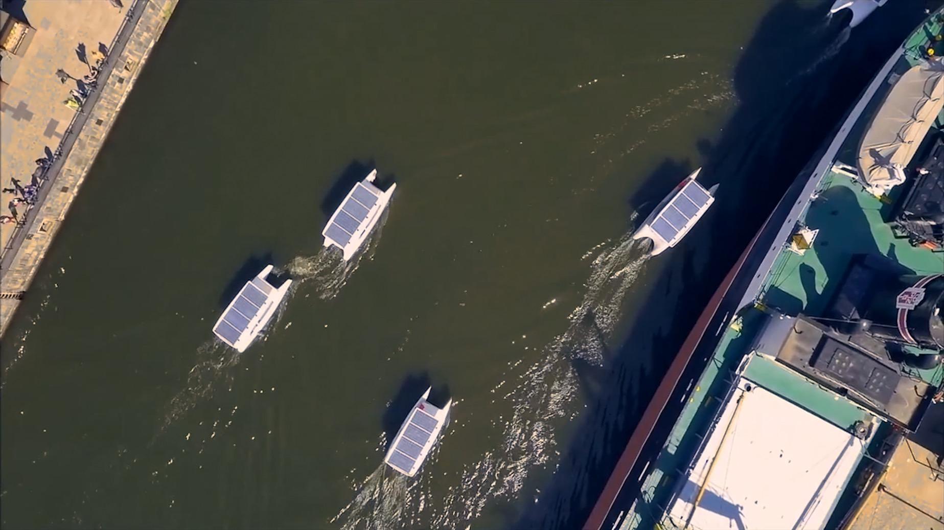 لا يغرّنكم حجم هذا القارب فسره يكمن في سقفه