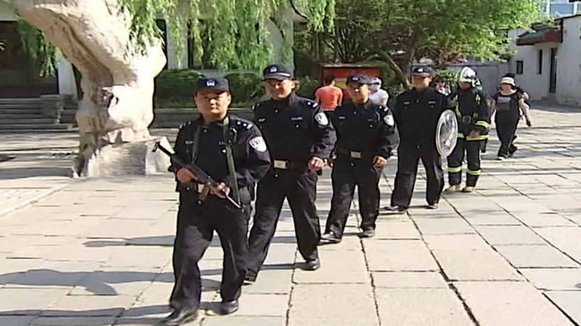 تشديد أمني في الصين.. منعاً للطلاب من الغش في امتحانات القبول للجامعات!