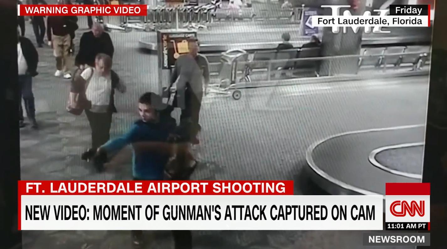 """شاهد.. مهاجم """"فورت لودرديل"""" يطلق النار على ضحاياه"""