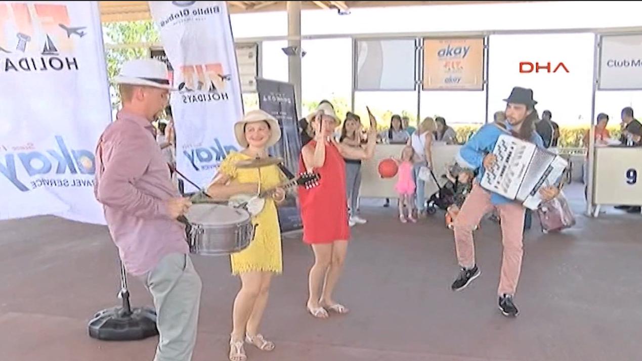 بالفيديو: عودة السياح الروس إلى تركيا في وقت حرج