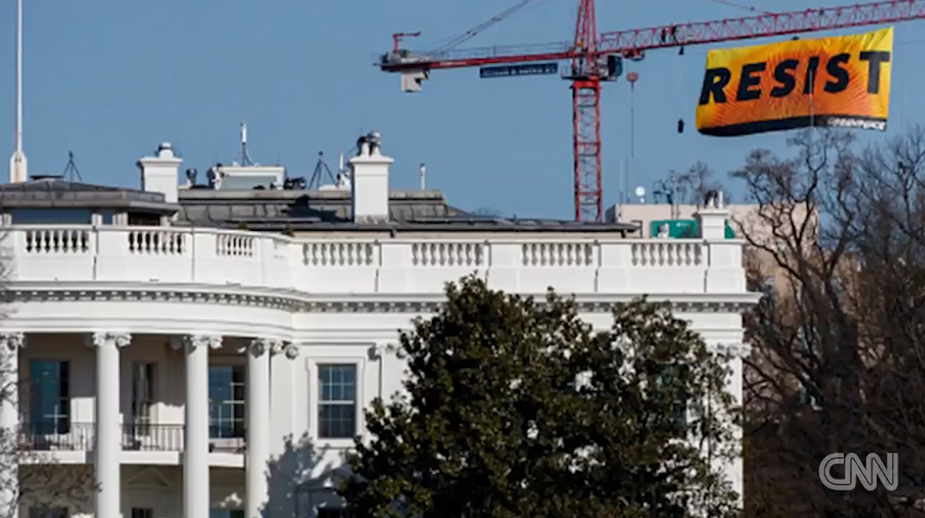 """راية """"قاوم"""" تنتصب على رافعة مقابل البيت الأبيض للاحتجاج على ترامب"""