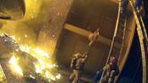 شاهد.. إطفائيون شجعان يمسكون بأطفال يقذفون من الطابق الثالث وسط النيران
