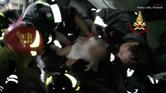سحب طفل من تحت ركام زلزال بإيطاليا
