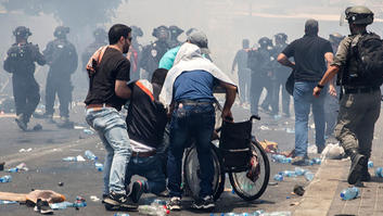 مقتل 3 فلسطينيين وإصابة أكثر من 100 وسط اشتباكات في القدس