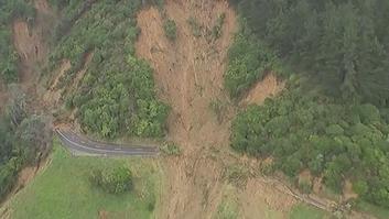 """شاهد.. """"غضب الطبيعة"""" يؤدي إلى انهيار أرضي بنيوزيلندا"""