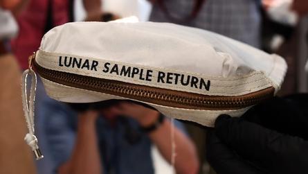 """بالفيديو: بيع حقيبة استخدمها نيل أرمسترونغ لجلب """"عيّنات القمر"""" بـ1.8 مليون دولار"""