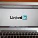 """LinkedIn يحذرك من استخدام هذه """"التعابير الطنانة"""".. ويشرح كيف تبرز إنجازاتك بأسلوب مميز"""