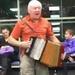 شاهد.. مسافرون يحولون ردهة مطار إلى حفل راقص