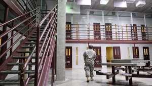 أمريكا ترحّل خمسة يمنيين من سجناء غوانتانامو إلى الإمارات