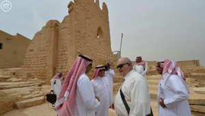 """بالتزامن مع تعليق أمريكا عمل سفارتها بالرياض لـ""""دواع أمنية"""".. السفير الأمريكي يزور الدراعية بالسعودية"""