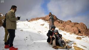 شاهد.. سعوديون يتزلجون على الثلج في تبوك!