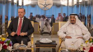 أردوغان يلتقي الملك سلمان وولي عهده ويتجه إلى الكويت قبل قطر