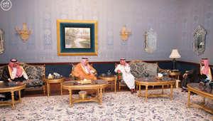الملك سلمان خلال زيارته للأمير مقرن