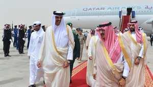 الأمير محمد بن نايف (يمين) مستقبلا أمير قطر الشيخ تميم بن حمد لدى وصوله إلى قاعدة الرياض الجوية 9 أبريل/ نيسان 2015