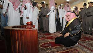 """بالفيديو.. ولي العهد السعودي يصلي في """"الطوارئ"""".. ويتوعد كل من يحاول العبث بأمن المملكة"""