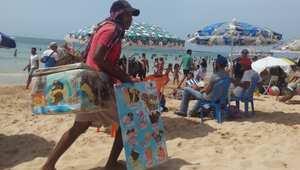 بائعو المثلجات المتنقلين يحاملون ثلاجات صغيرة زرقاء