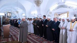 """الأسد يؤدي صلاة الفطر بحماة.. وخطيب العيد: إشارة على """"قرب النصر"""""""