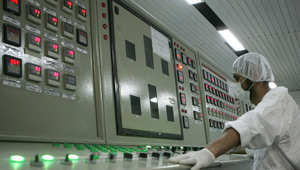 عامل تقني إيراني في غرفة التحكم في منشأة أصفهان النووية ، أرشيف 2007