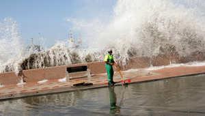 أمواج عالية في مسقط بعد إعصار ضرب العاصمة العمانية في 2010