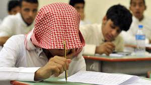 طلاب في السعودية يخضعون للامتحانات النهائية في المدارس الثانوية