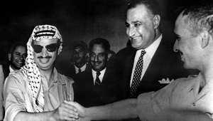 الرئيس المصري الراحل جمال عبد الناصر (وسط) مع العاهل الأردني الراحل الملك حسين (يمين) والزعيم الفلسطيني الراحل ياسر عرفات، رئيس منظمة التحرير الفلسطينية (يسار)، بعد توقيع اتفاق ينهي النزاع المسلح بين الأردن والمنظمة، القاهرة يوليو/ تموز 1971