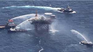 قوراب تقوم بإطفاء منصة نفطية في خليج المسكيك تعرضت لانفجار في 2010