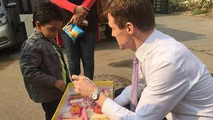 سفير بريطانيا في مصر يوزع حلوى المولد النبوي
