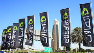شعار اتصالات وخلفه يظهر مبنى الشركة في دبي